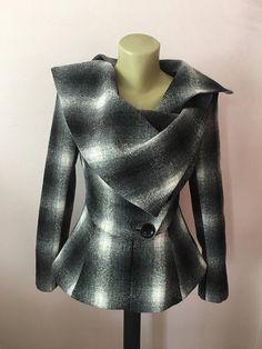 Dit is een zeer stijlvol en ingerichte elegante wollen jas. Leght 62 cm. volledig gevoerd. Een vest speciaal gemaakt om hoofden draaien en geeft je die wow factor :) MAATTABEL MAAT S - U.S. 6, 8, UK EU 36 Bust: buste rond 34.5/ 90cm Taille: taille rond 27.5/ 70cm Heupen: heupen rond