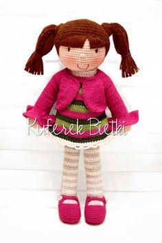 Rossita - lalka wykonana na szydełku. Lalka ubrana jest w sukienkę, sweterek i buciki, które można zdejmować.   Wielkość:około 39 cm   M...