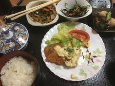 Poisson frit avec sauce tartare, pommes de terre braisées, salade hijiki, épinards et carottes sautées, riz, thé vert.