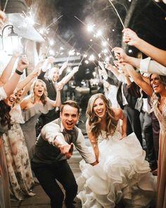 20 Must-Have-Hochzeitsfoto-Ideen mit Brautjungfern und Groomsmen - # . photos must have couple 20 Must-Have-Hochzeitsfoto-Ideen mit Brautjungfern und Groomsmen – # … – Hochzeitskleid Empfehlungen Wedding Ceremony Ideas, Wedding Poses, Wedding Couples, Wedding Venues, Wedding Reception, Wedding Music, Wedding Bells, Dream Wedding, Ivory Wedding