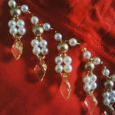Toalha vermelha com Dourado, uma excelente escolha para o Natal. Instagram @mimostai Diy Embroidery Patterns, Beaded Embroidery, Silk Ribbon, Tassels, Jewelery, Pearl Necklace, Patches, Beads, Crafts