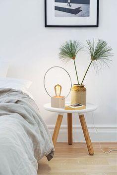 Une lampe de chevet discrète et design dans la chambre à coucher