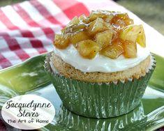 Apple Pie Cupcake Recipe. Love cupcakes? Love apple pie? Then this dessert is for you! #DIY #autumn #dessertmashup