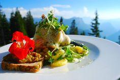 Saiblingswickerl mit Kräuterschaum auf Kartoffel-Rauke-Salat