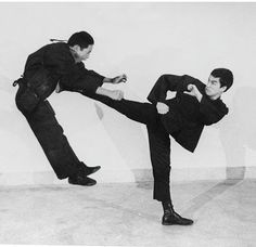 VIDEOS MARCIALES: LAS TÉCNICAS DE BRUCE LEE. (VIDEO TUTORIAL) ☯️ Wing Chun, Bruce Lee, Pose Reference Photo, Kung Fu, Martial Arts, Poses, Videos, Fictional Characters, Martial Artist