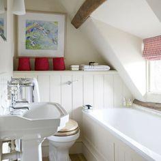 Landelijke kleine badkamer onder schuin plafond