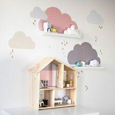 IKEA Hack gleich 2x passend im Kinderzimmer: Wolken Wandtattoos für die IKEA Mosslanda Bilderleisten mit stylischen Mustern und IKEA FLISAT Hack mit stylischen Tapeten und Accessoires. Alles im Shop von www.limmaland.com