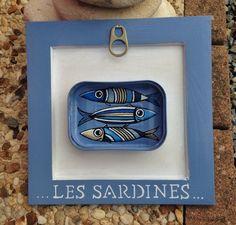 """Tableau peint à la main à l'acrylique dans une réelle boîte en fer peinte et vernie puis collée sur un cadre en bois peint avec écriture """"Les sardines"""" de dimension - 18227195"""