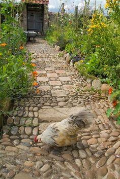 Фото из статьи: Садовые дорожки: как спланировать и какие материалы выбрать