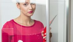 La douche, endroit de propreté par excellence, doit être elle-même propre. Les cheveux macèrent dans le siphon, des taches de tartre envahissent le bac et les parois. Parfois, une mauvaise odeur peut même s'échapper du siphon. Vous devez donc nettoyer votre douche. Comment vous y prendre ? Nos conseils.