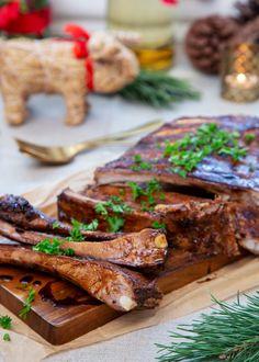 Underbara ribs som passar perfekt att servera på julbordet. Använd spareribs och färdig marinad och krydda med lite extra vitlök så går det snabbt och enkelt. #revben #julbord #julmat #jul