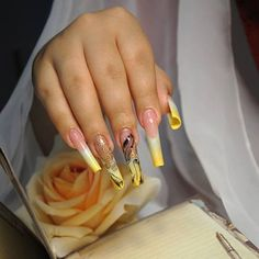 Sfumature di giallo e oro rendono originale e chic questa #nailart! Come vi sembra? https://www.facebook.com/photo.php?fbid=10152036738688453&set=pb.271651468452.-2207520000.1383922570.&type=3&theater