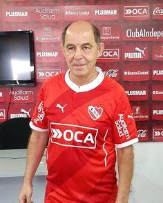 RICARDO BOCHINI A LOS 62  El día de su cumpleaños, Ricardo Bochini posó con el actual modelo de camiseta de Independiente, y estuvo junto al plantel profesional.-