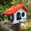 """Futterhaus Modelltyp *""""Jütland""""* in ansprechenden Farben weiß/dunkelgrün/rot Gefertigt aus 18mm Kiefernholz massiv. Dieses Vogelhaus findet in jedem Garten Platz und bietet seinen Besuchern..."""