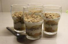 Verrines de pommes au sable brun Ingrédients :  (4 personnes)  -3 pommes  -40g de beurre  -250g de fromage blanc nature  -1 c.à.s de miel liquide  Sable brun :  -30g de beurre  -60g de poudre d'amandes  -40g de cassonade  -1 c.à.s de chapelure  -1 pincée de cannelle   En savoir plus sur http://cestmasoeurquiregale.e-monsite.com/pages/desserts/panna-cotta/verrines-de-pommes-au-sable-brun-photo.html#YuJFEGItqmBrjUYU.99