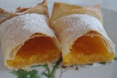 Pasteis de Tentugal are a sweet delicacy made of thin and crusty dough, stuffed with egg custard, born in Tentúgal at a Carmelite convent. Wine Recipes, My Recipes, Dessert Recipes, Cooking Recipes, Portuguese Desserts, Portuguese Recipes, Portuguese Food, My Favorite Food, Favorite Recipes