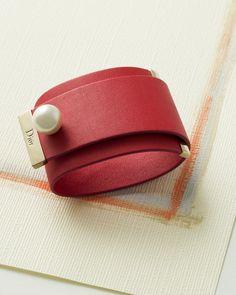 Diorのカフブレス「シンプルな印象になりがちな営業スタイルのアクセントに、カフモチーフのレザーブレスレットを加えると、知性もインパクトも演出できて一石二鳥」