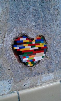 Legolar ile yapılabileceklerin sırının bulunmadığını kanıtlayan binlerce çalışmayı internette bulmak mümkün. Bu kategoriyi biraz kısıtlayalım ve legolar ile sokaklarda neler yapılmış onlara biraz g…