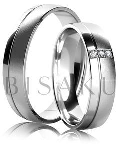 K33 Snubní prsteny z bílého zlata v saténově matném provedení s lesklým proužkem na jedné straně prstene. Dámský prsten zdobený kameny. #bisaku #wedding #rings #engagement #svatba #snubni #prsteny