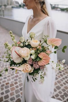 Wedding Trends 3 Wedding Flower Trends That Are On Right Now Pink Rose Bouquet, Rose Wedding Bouquet, White Wedding Bouquets, Bride Bouquets, Floral Wedding, Peach Wedding Centerpieces, White Orchid Bouquet, Wedding Peach, Modern Wedding Flowers