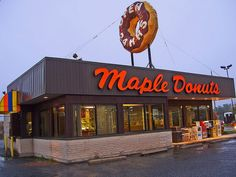Maple Donuts Love the giant donut on the roof! A Maple Donuts shop in Pennsylvania. Vintage Advertising Signs, Vintage Advertisements, Donut Friend, Maple Donuts, Coffee Shop Signs, Giant Donut, Shop Signage, Vintage Neon Signs, Donut Shop
