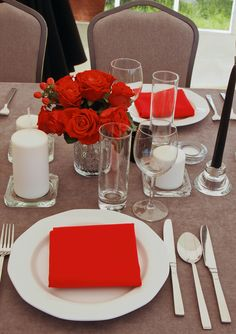 Szaro-czerwone nakrycie stołu | Dekoracja stołu na 60 urodziny | 60 lecie mężczyzny | Przyjęcie w ogrodzie z okazji 60 urodzin | Męska 60 Birthday Dinners, Dinner Table, Table Decorations, Home Decor, Dinner Party Table, Decoration Home, Dinning Table Set, Interior Design, Home Interior Design