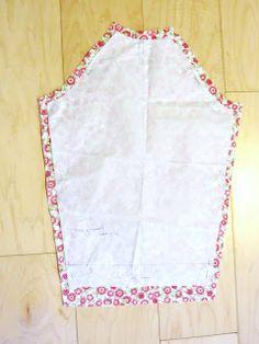 La sciarpa che canta: Cartamodello e tutorial - Grembiule per la scuola Pot Holders, Apron, Sewing, Dressmaking, Hot Pads, Couture, Potholders, Stitching, Sew