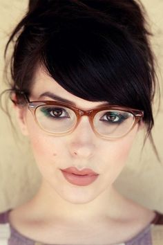 Health Hair Care Advice To Help You With Your Hair. Do you feel like you have had way too many days where your hair goes bad? Glasses Eye Makeup, Bold Eye Makeup, Fashion Eye Glasses, Makeup For Brown Eyes, Bangs And Glasses, Hairstyles With Glasses, Girls With Glasses, Hairstyles With Bangs, Glasses Style