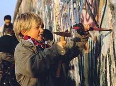 de val van de Berlijnse muur. hier slopen ze de Berlijnse muur.