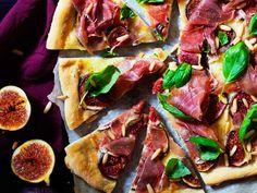 Pizzassa ei ole tomaattikastiketta, vaan pohja peitetään ihanasti sulavalla mozzarellajuustolla ja viikunoilla. Loput täytteet levitetään valmiin pizzan päälle.