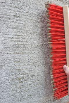 Bei mehrlagigen Putzschichten die Oberfläche nach dem Ansteifen mit einem Besen aufrauen Foto Baumit GmbH Creative Wall Painting, Wall Painting Decor, Creative Walls, Rollo Design, Wall Molding, Wall Finishes, Wallpaper Decor, Wall Cladding, Concrete Wall