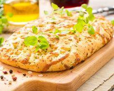 Fougasse au fromage au thermomix. Découvrez cette recette de Fougasse au fromage, focaccia. Italie. La focaccia est un type de pain plat méditerranéen existant depuis la Rome antique. Signifiant pain plat cuit dans les cendres en romain. Une recette simple à réaliser au thermomix.