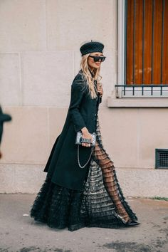 30 Street Style Looks of 2018 NEXT– 15 Fashionable Long Gowns and Evening Dresses PREVIOUS– Beautiful and Trendy Lace Dresses of 2018 Street style fashion is off the charts now-a-days. It is slightly difficult to ca… Look Street Style, Street Chic, Chic Outfits, Fashion Outfits, Fashion Trends, 00s Mode, Charles Frederick Worth, Ohh Couture, Dresscode