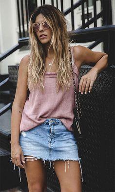 Street style look com regata rosa e saia jeans.