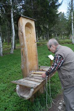 Riesige Musik-Instrumente vom letzten Holzbildhauer-Wettbewerb gibt es im Kurpark von Bad Bayersoien zu sehen.  Bad Bayersoien, Ammergauer Alpen, Bayern.