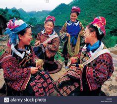 Su Miao women in traditional costume organizing thread, Dawantun, Machang Village, Shechang, Longlin, Baise, Guangxi, China Stock Photo