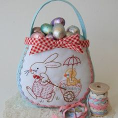 Free Pattern and instructions for an Easter Egg Bag 2 - Red Brolly Red Brolly, Bunny Bags, Vintage Crafts, Vintage Easter, Easter Crafts, Easter Decor, Felt Flowers, Paper Piecing, Easter Eggs