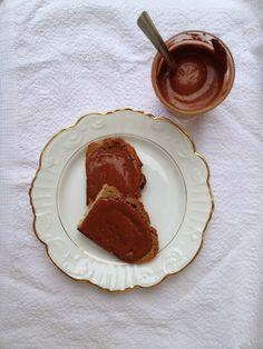 Porque não tem açúcar, não tem gordura, é feito com cacau cru (imensos antioxidantes!), leva apenas dois ingredientes e fica pronto em 3 segundos! E é chocolate, é doce, incrivelmente cremoso e absolutamente delicioso! Para comer no pão, para cobrir um bolo, para comer à colher ou mergulhar o indicador, este creme é mesmo perfeito…