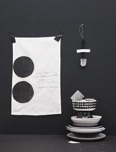 Black and white for magazine Ook wart-wit (dessin)mix is thuis in het eigenwijze huis. New Kitchen Designs, Scandinavian Kitchen, Kitchen Wall Art, Black Walls, Marimekko, Interior Styling, Interior Design, Cool Kitchens, Grey And White