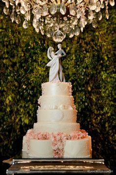 Bolo de casamento clássico com aplicacão de flores de açúcar e topo de bolo lladró. Ao fundo, muro inglês. Bolo: Wagner Bertazzo | Foto: Rejane Wolff