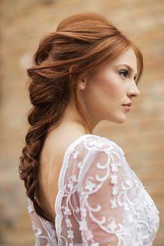 Penteado de noiva - trança com volume - cabelo ruivo ( Vestido: Nova Noiva   Beleza: Agência First   Foto: Larissa Felsen )