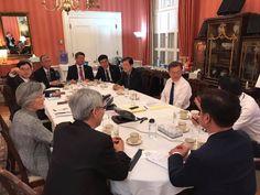 블레어하우스에서의 회의 모습. 문 대통령의 맞은 편에 앉은 김경수 더불어민주당 의원이 카메라를 향해 손짓하고 있다. 사진 청와대 페이스북