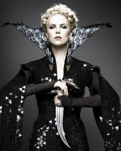 Charlize Theron as Queen Ravenna in Snow White & The Huntsman, costume design by Colleen Atwood Colleen Atwood, Charlize Theron, Huntsman Movie, Snow White Huntsman, Queen Ravenna, Eiko Ishioka, Snowwhite And The Huntsman, Dark Queen, White Queen