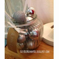 BusyBee: Advent window number 16 : Baubles in a vase Crafty Christmas http://busybeemummybex.blogspot.co.uk/2013/12/advent-window-number-16-baubles-in-vase.html