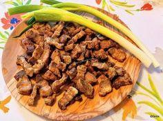 Jumări de porc cu bere, usturoi și cimbru rețeta de jumări crocante și aromate Sausage, Bbq, Recipies, Meat, Cooking, Home, Pork, Barbecue, Recipes