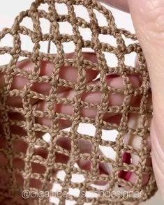Crochet Bag Tutorials, Crochet Stitches For Beginners, Crochet Flower Tutorial, Crochet Stitches Patterns, Crochet Videos, Crochet Basics, Diy Crochet, Crochet Designs, Crochet Crafts