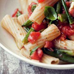 http://www.kwestiasmaku.com/blog-kulinarny/makaron-z-fasolka-szparagowa-i-swiezymi-pomidorami/