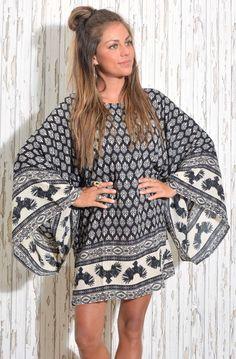 """NEWS // FAV Java kimono - Blå-creme mönstrad tunika / klänning med vida ärmar. Större över kroppen,smal """"slits"""" öppning i ryggen. Vida stora ärmar med en crème-färgad bård runt handederna. Längd till mitten av låren, mönstrad bård även längs nedre kant. 100 % viscose. One size."""