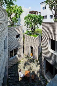 Patio interior desde arriba. Casa para los árboles por  Vo Trong Nghia Arquitectos. Fotografía © Hiroyuki Oki. Señala encima de la imagen para verla más grande.