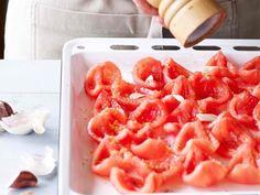 Wil je nog lang nagenieten van tomaten? Laat ze drogen in de oven en bewaar ze in olijfolie. Lekker in salades en pastasauzen, of als aperitiefhapje.